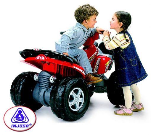 Enfants jouant sur un Quad électrique 12V Injusa Mega Cyclops